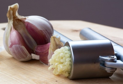 garlic_press_and_garlic.jpg