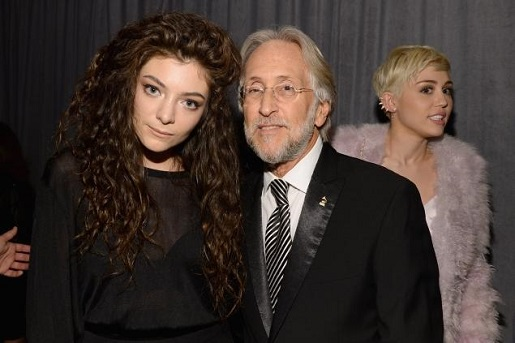 Miley Cyrus photobombs Lorde and Grammy president Neil Portnow.